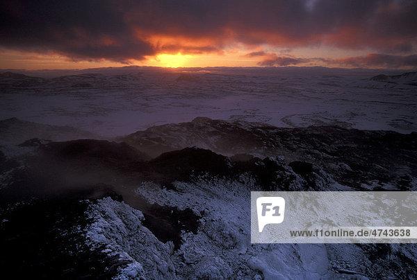 Die Lavafelder des Leirhnj_kur-Vulkans im Winter  Krafla  M_vatn  Nordisland  Island  Europa