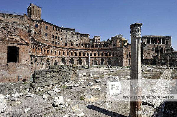 Trajansmärkte mit Milizturm  Torre delle Milizie  und Haus der Rhodosritter bzw. Malteserritter  Via Alessandrina  Rom  Latium  Italien  Europa
