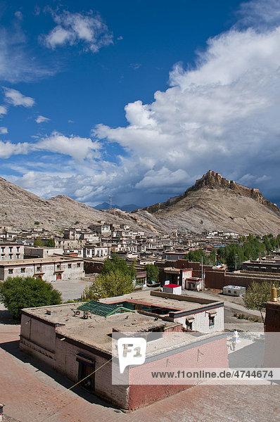 The old Tibetan quarter with the Gyantse Dzong or Gyantse Fortress at back  Gyantse  Tibet  Asia