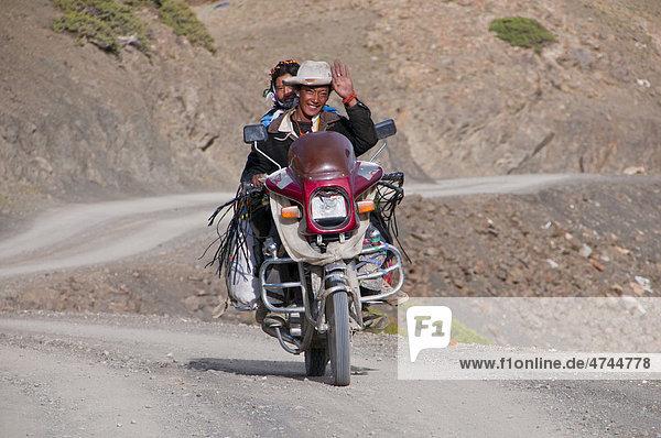 Pärchen auf einem Motorrad entlang der südlichen Straße nach Westtibet  Tibet  Asien