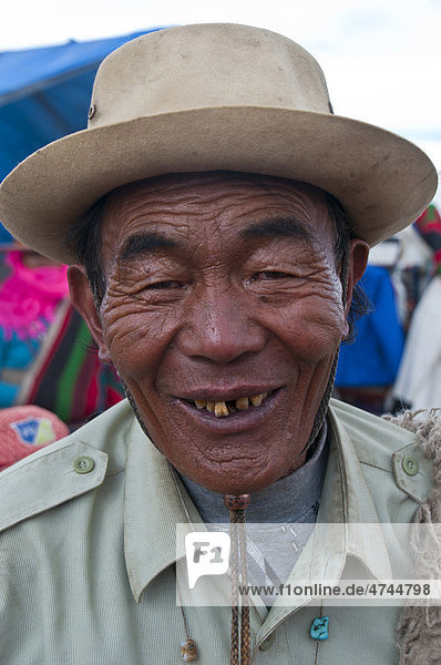 Alter tibetanischer Mann in der Stadt Tsochen  Westtibet  Tibet  Asien