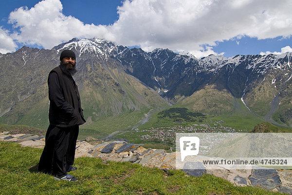 Mann mit Bart vor Berglandschaft um Kazbegi  Georgien  Vorderasien