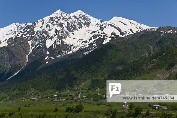 Alpine Landschaft mit Bergen und grünen Tälern  Swanetien  Georgien  Vorderasien