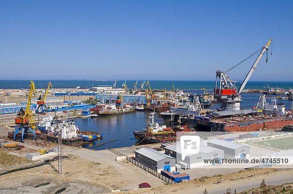 Blick über den Hafen von Baku  Aserbaidschan  Kaukasus  Vorderasien