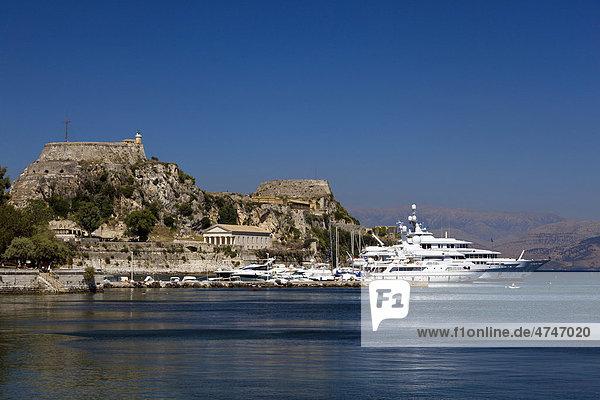 Luxusyachten vor der Alten Festung  auch Altes Fort  Korfu-Stadt  auch Kerkira  Insel Korfu  Ionische Inseln  Griechenland  Südeuropa  Europa