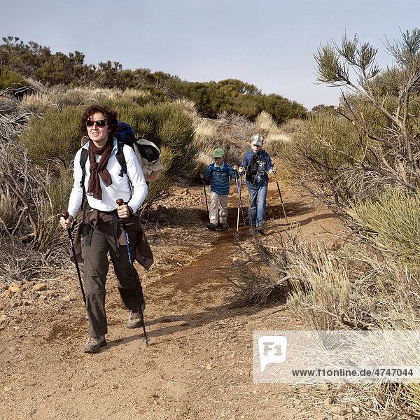 Eine Mutter wandert mit ihren Kindern  Teide-Nationalpark  Teneriffa  Kanarische Inseln  Spanien  Europa