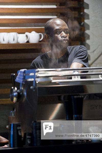 Barista und Kaffeemaschine  Kapstadt  Südafrika  Afrika