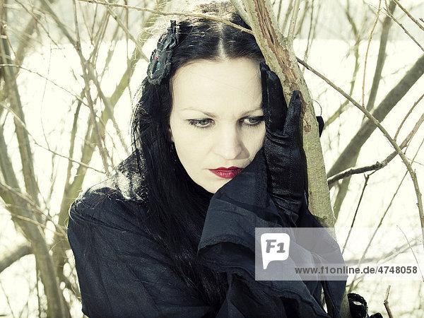 Frau  Gothic  Romantic-Gothic  ernst  vor Strauch