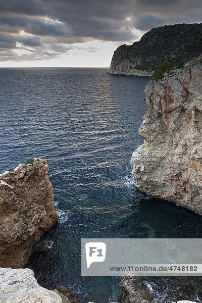 Natürliche Meeres-Felsbucht im Abendlicht  Peguera  Mallorca  Balearen  Spanien  Europa