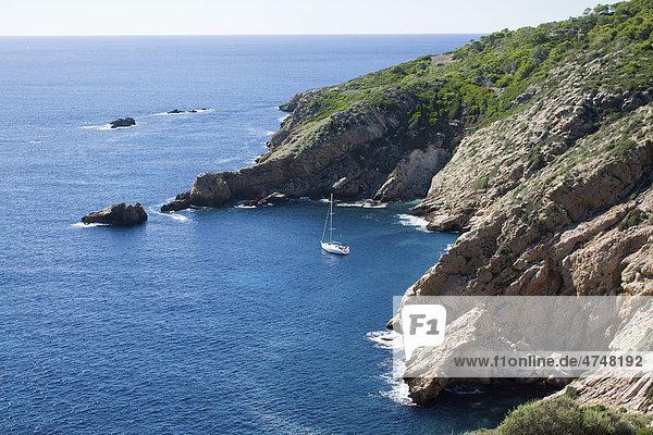 Kleine Meeresbucht auf der Dracheninsel  Isla Dragonera  mit Segelboot  Mallorca  Balearen  Spanien  Europa