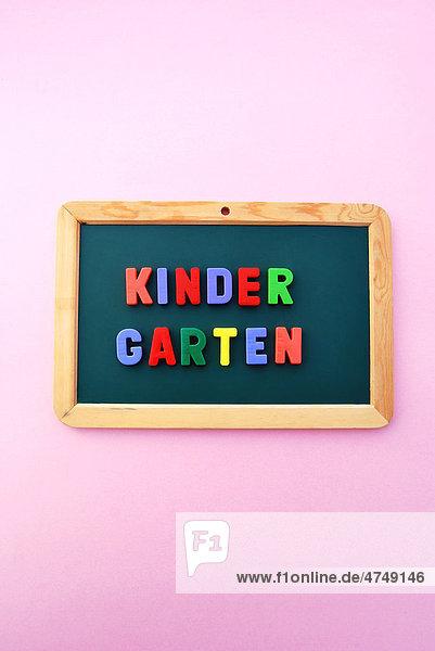 Kindergarten  Schriftzug  bunte Magnetbuchstaben  Schultafel Kindergarten, Schriftzug, bunte Magnetbuchstaben, Schultafel