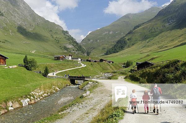 Familie beim Wandern  Bergsteigen auf der Fanealm  Fane Alm  Valsertal  Pustertal  Pfunderer Berge  Südtirol  Italien  Europa