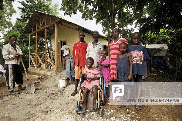 Bau eines erdbebensicheren und behindertengerechten Fertighauses mit Rampe für den Rollstuhl durch eine Hilfsorganisation für eine Familie mit behindertem Mädchen  Petit Goave  Haiti  Karibik  Zentralamerika
