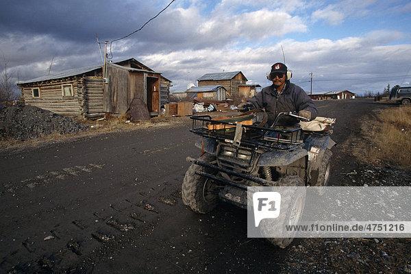 Mann Tag fahren Dorf Herbst Stacheldraht Quadbike Ethnisches Erscheinungsbild Arktis
