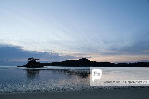 Der Blick auf die Torrent Bay in der Morgendämmerung  Abel Tasman Nationalpark  Nelson  Südinsel  Neuseeland