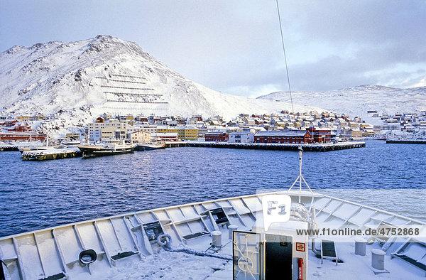 Einfahrt des Hurtigruten Schiffs MS Polarlys nach Honningsvag  auf der Nordkap Insel  Norwegen  Europa