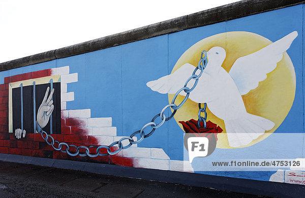 Friedenstaube befreit Gefangenen  Amnesty International  Gemälde an einem Rest der Berliner Mauer  East Side Gallery  Berlin-Friedrichshain  Deutschland  Europa