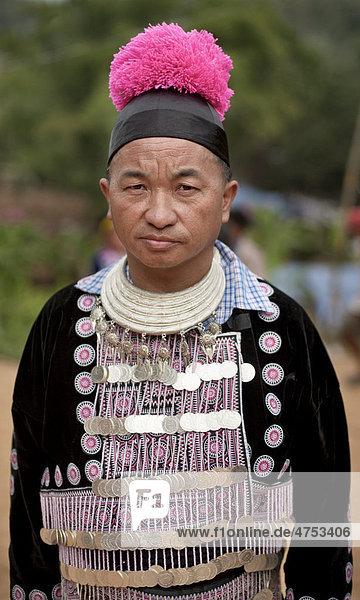 Traditionell gekleideter Hmong-Mann beim Neujahrsfest  Dorf Hung Saew  Chiang Mai  Thailand  Asien