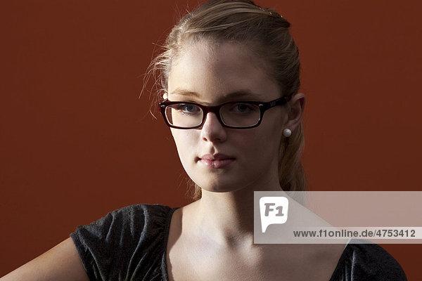 Junge Frau mit Brille  Porträt