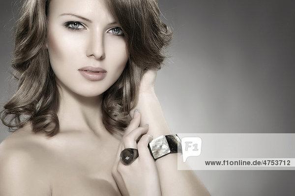 Portrait einer jungen Frau mit Ring und Armreif  Beautyportrait