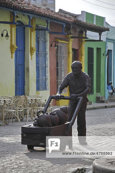 Alter Mann schiebt Wagen,  Skulptur,  Plaza del Carmen,  Camagüey,  Altstadt,  Kuba,  Karibik,  Mittelamerika