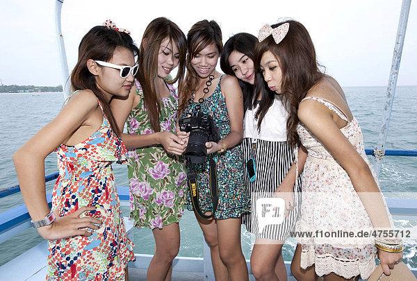 Frauen mit Fotokamera  Koh Samet  Thailand  Asien