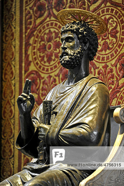 Bronzestatue des hl. Petrus von Arnolfo di Cambio in der Basilika St. Peter oder Petersdom, Vatikan, Rom, Latium, Italien, Europa