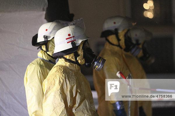 Feuerwehrleute eines Gefahrstoffzuges tragen Schutzkleidung  Helme und Atemschutzmasken  Bendorf  Rheinland-Pfalz  Deutschland  Europa
