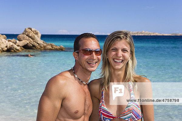 Paar  ca. 30 Jahre  am Spiaggia Capriccioli Strand  Costa Smeralda  Sardinien  Italien  Europa Paar, ca. 30 Jahre, am Spiaggia Capriccioli Strand, Costa Smeralda, Sardinien, Italien, Europa