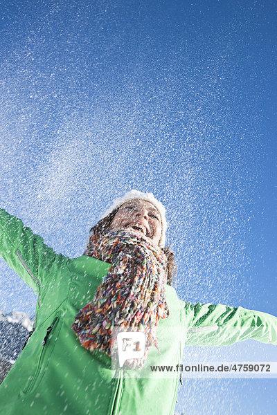Lachende Frau im Schnee  Tannheimer Tal  Tirol  Österreich