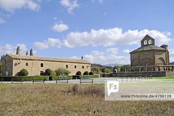 Pilgerstation  Herberge  Santa Maria de Eunate  romanische Kirche  Jakobsweg  Pilgerweg  Muruzabel  Pamplona  Navarra  Spanien  Europa