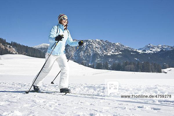 Frau macht Skilanglauf  Tannheimer Tal  Tirol  Österreich Frau macht Skilanglauf, Tannheimer Tal, Tirol, Österreich