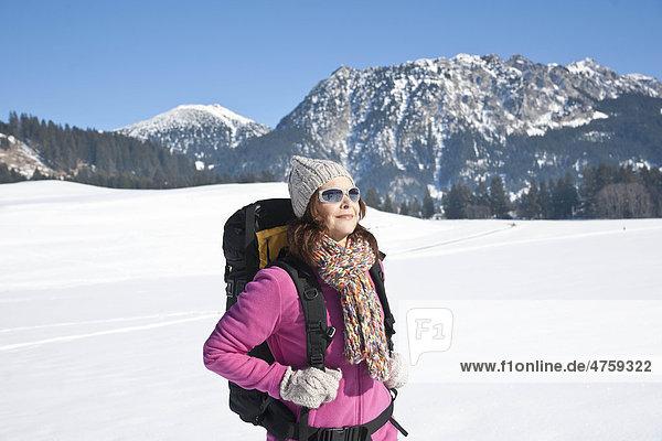 Frau macht eine Schneewanderung  Tannheimer Tal  Tirol  Österreich