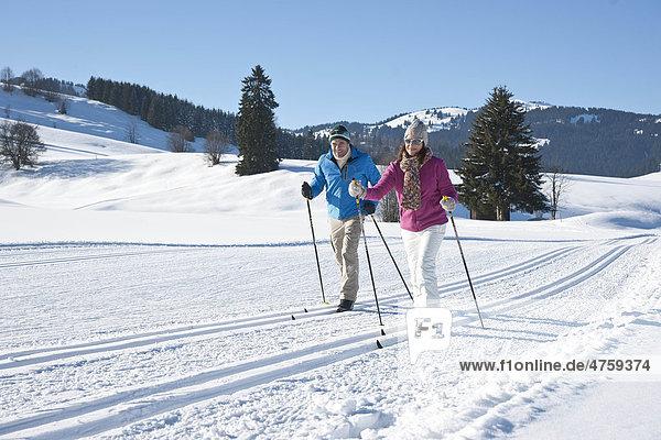 Paar macht Skilanglauf  Tannheimer Tal  Tirol  Österreich