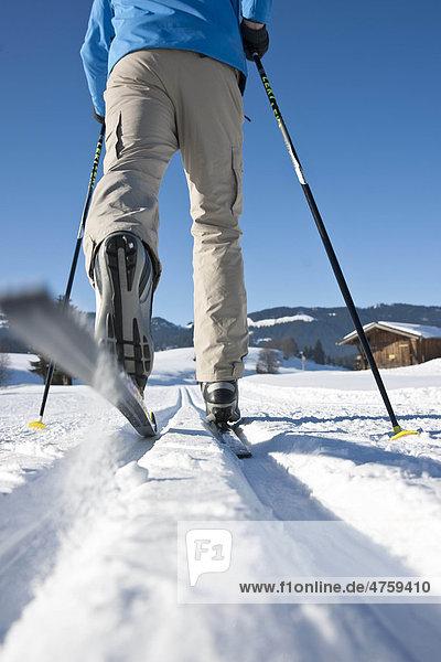 Mann macht Skilanglauf  Tannheimer Tal  Tirol  Österreich