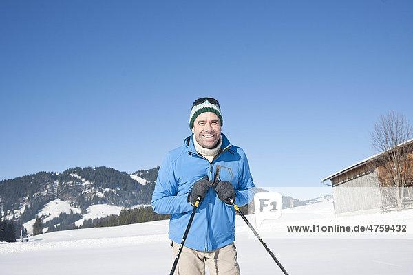 Lächelnder Mann in Winterlandschaft  Tannheimer Tal  Tirol  Österreich