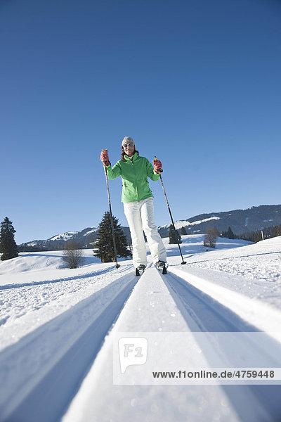 Frau macht Skilanglauf  Tannheimer Tal  Tirol  Österreich
