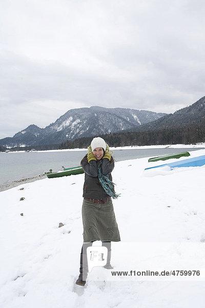 Junge Frau am Walchensee  Winter  Kälte  Bayern  Deutschland  Europa