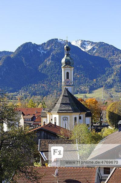 Pfarrkirche St. Jakob vor dem Brauneck  Lenggries  Oberbayern  Bayern  Deutschland  Europa