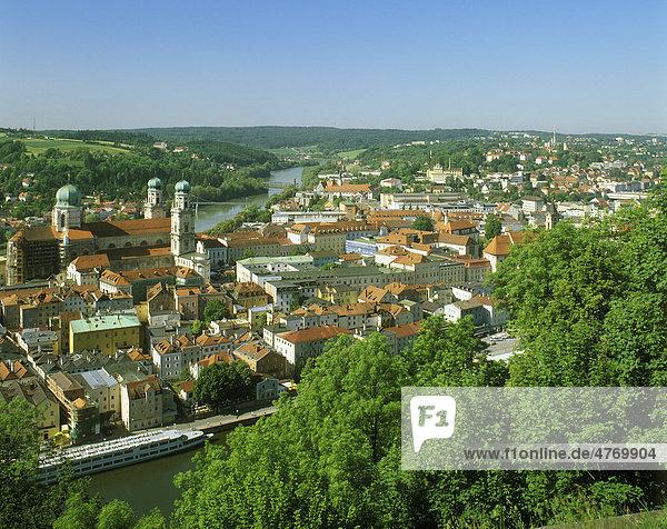 Altstadt mit Dom St. Stephan zwischen Inn und Donau  Passau  Niederbayern  Bayern  Deutschland  Europa