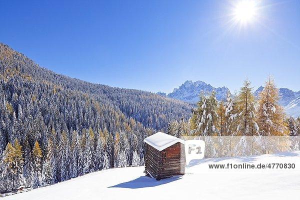 Heuhütte in verschneiter Berglandschaft  Sexten  Südtirol  Italien