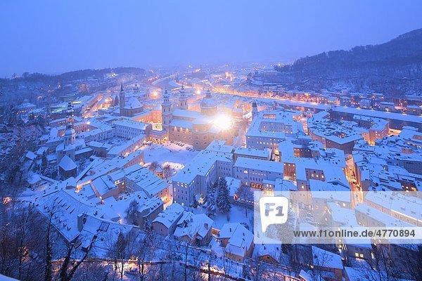 Blick von der Festung auf die Altstadt von Salzburg im Winter  Österreich