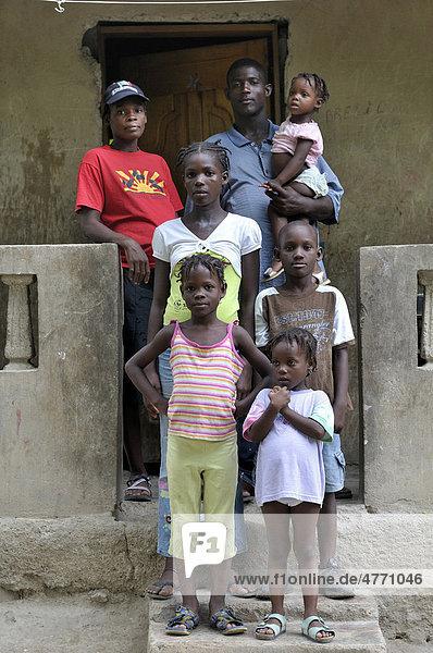 Einfache Familie vor ihrem Haus  Cabaret  Haiti  Karibik  Zentralamerika