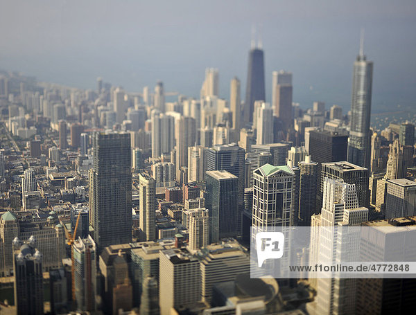 Miniaturisierungseffekt  Blick auf John Hancock Center  Trump International Hotel and Tower  900 North Michigan Wolkenkratzer  Chicago  Illinois  Vereinigte Staaten von Amerika  USA