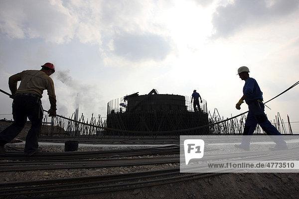 Arbeiten am Fundament  Bau einer Windenergieanlage auf einer Bergehalde in Scholven  Gelsenkirchen  Nordrhein-Westfalen  Deutschland  Europa