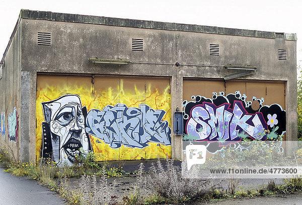 Trafo-Gebäude mit Graffiti  ehemaliges Ausbesserungswerk der Bahn  2003 stillgelegt  Duisburg-Wedau  Nordrhein-Westfalen  Deutschland  Europa Trafo-Gebäude mit Graffiti, ehemaliges Ausbesserungswerk der Bahn, 2003 stillgelegt, Duisburg-Wedau, Nordrhein-Westfalen, Deutschland, Europa