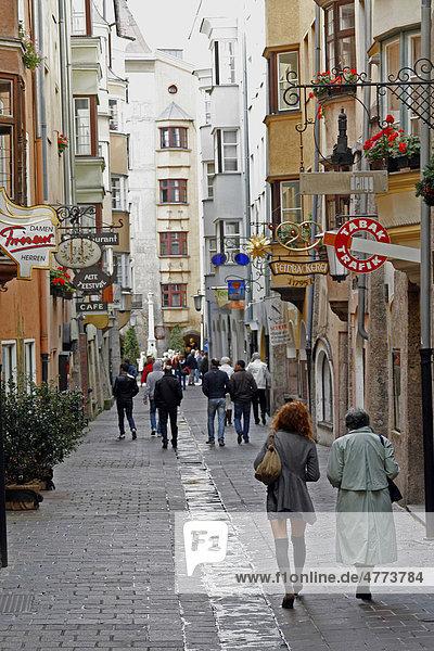 Fußgängerzone in der Altstadt von Innsbruck  Tirol  Österreich  Europa