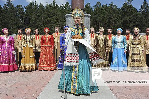Obelisk an der Grenze von Europa und Asien  Auftritt eines russischen Tanzensembles  Brot als Symbol der Gastfreundschaft  Ekaterinburg  Jekaterinburg  Swerdlows  Ural  Taiga  Russland