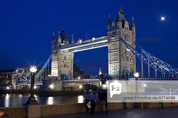 Tower Bridge bei Nacht  Themse  London  England  Großbritannien  Europa