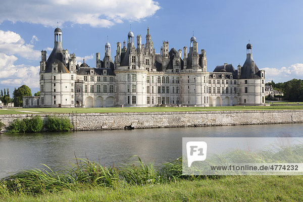Schloss Chambord  Nordfassade mit Wassergraben  Department Loire et Cher  Region Centre  Frankreich  Europa